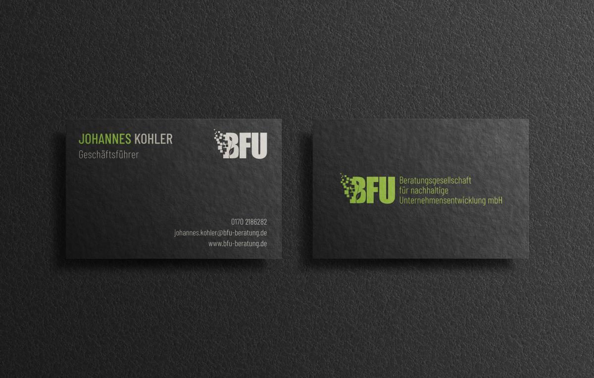 Zwei Stapel mit Visitenkarten der BFU GmbH