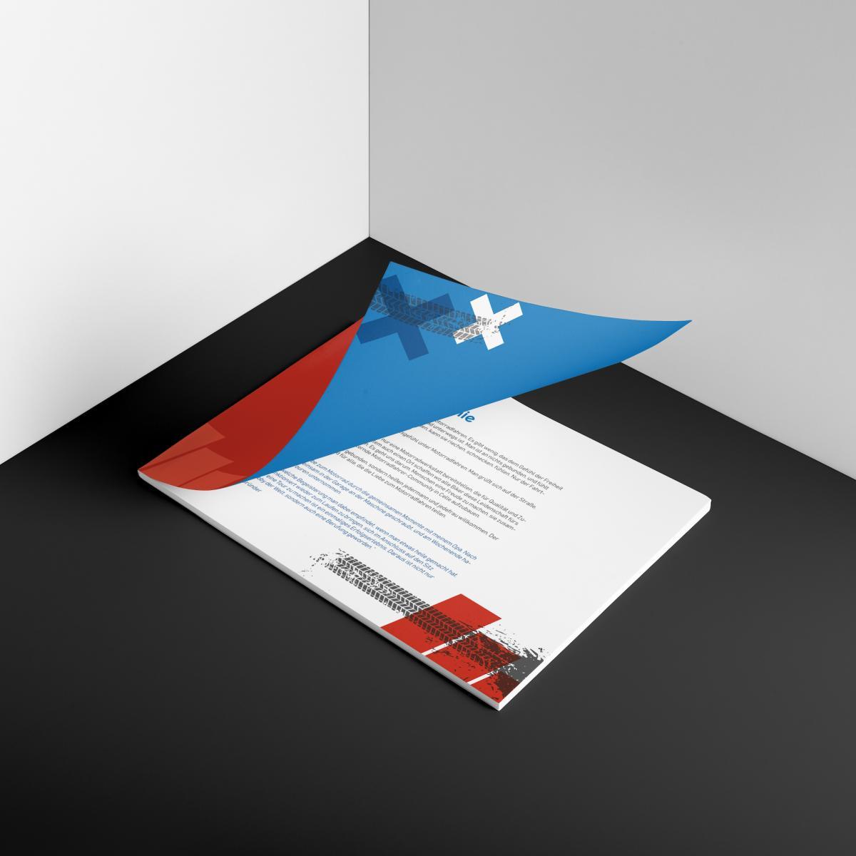 Das Brand-Identity-Dokument von Bikerpoint mit halb aufgeklapptem Cover auf einer Unterlage