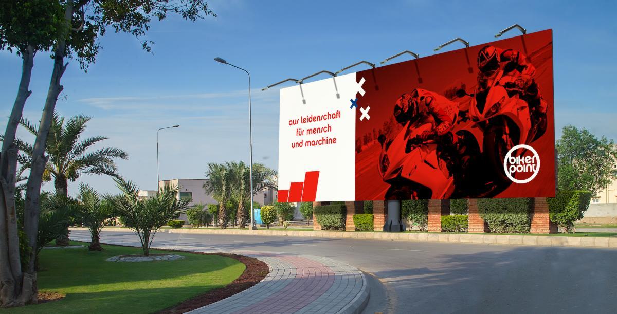 Eine große Plakatwand mit einem Werbeplakat von Bikerpoint