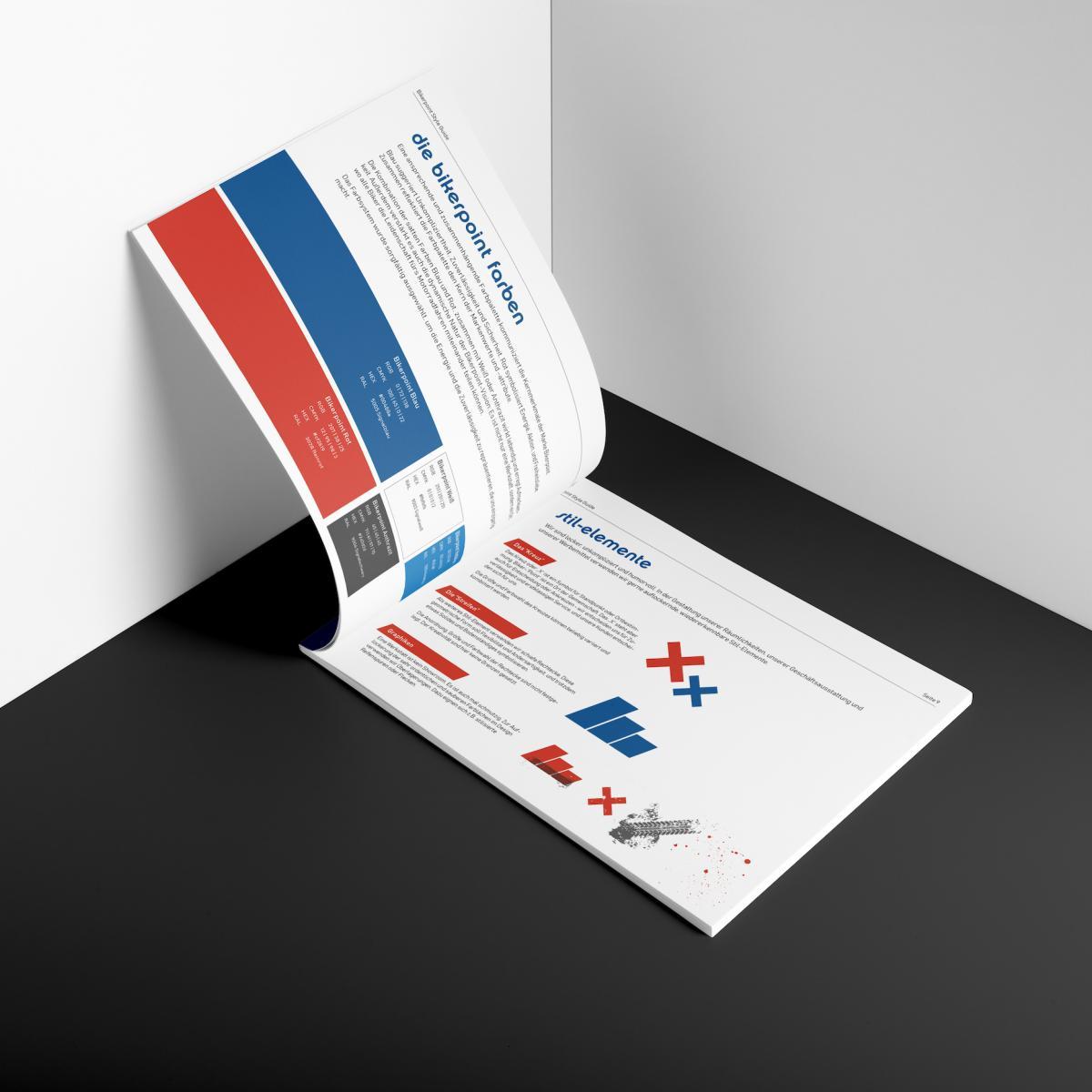 Der Branding-Style-Guide von Bikerpoint mit halb aufgeklapptem Cover auf einer Unterlage