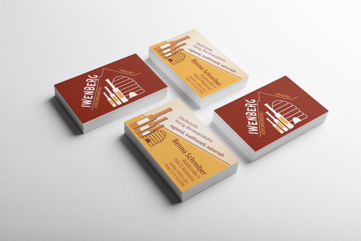Vier Stapel mit Visitenkarten der Iwenberg-Brennerei