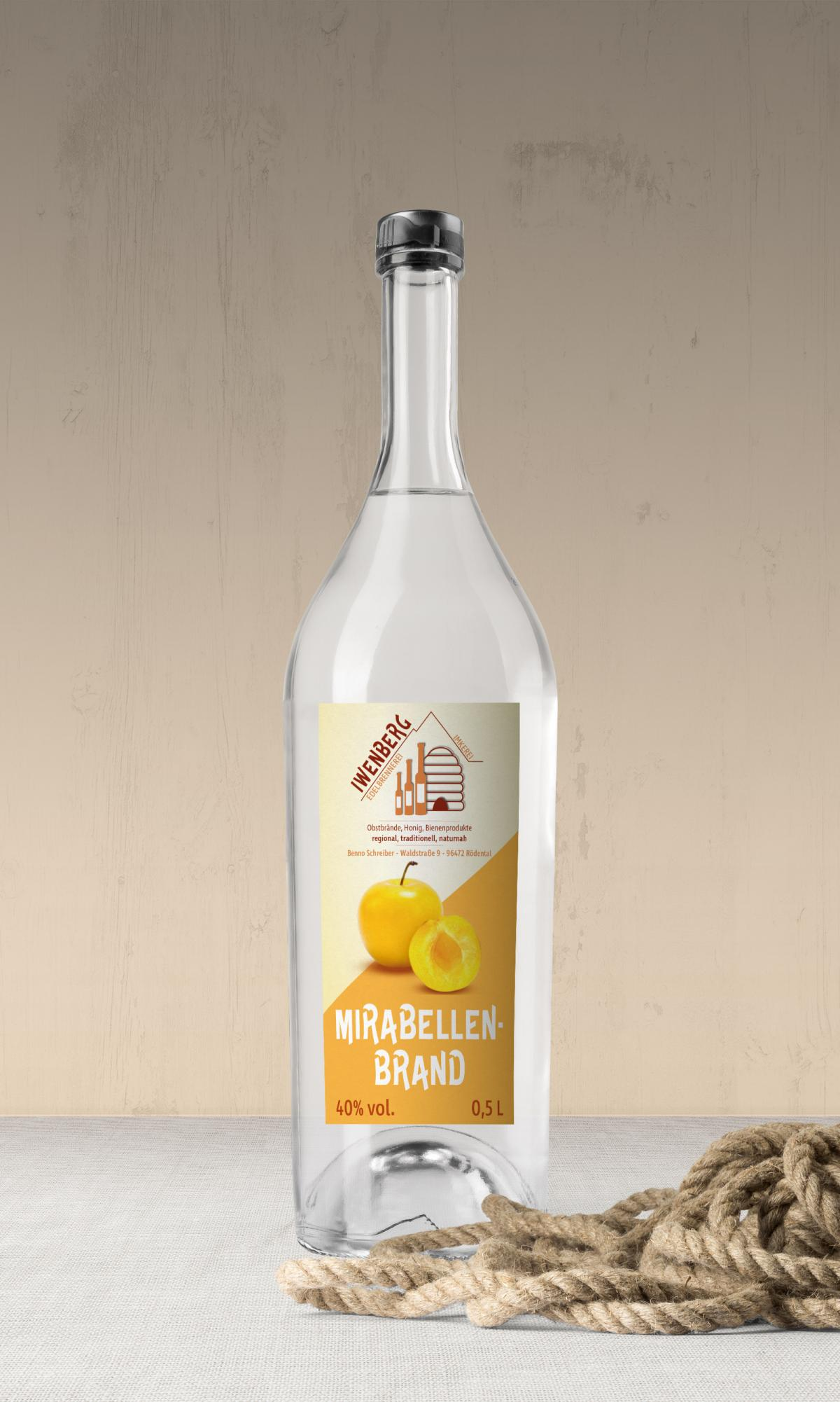 Eine etikettierte Flasche mit Mirabellenbrand der Iwenberg-Brennerei
