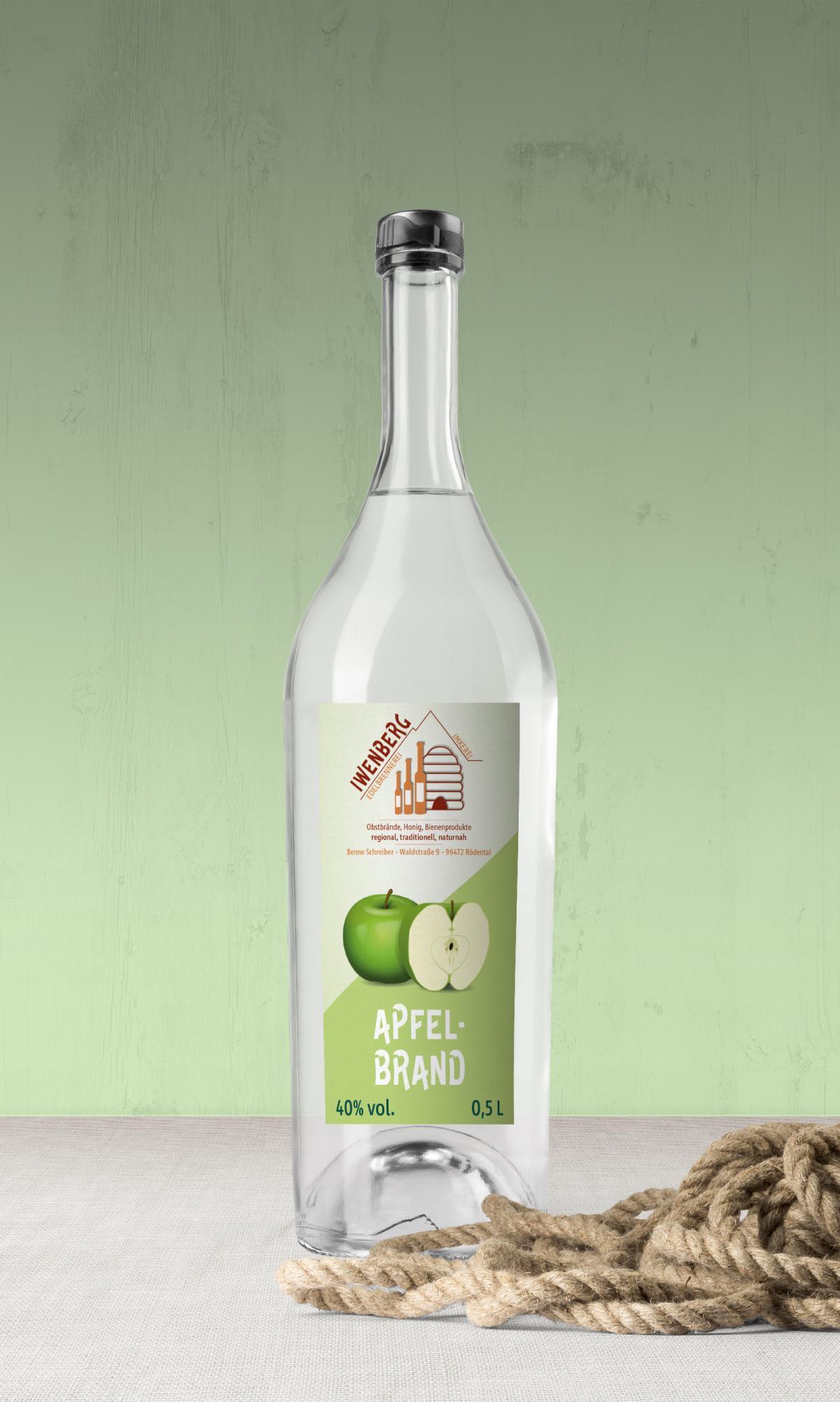 Eine etikettierte Flasche mit Apfelbrand der Iwenberg-Brennerei