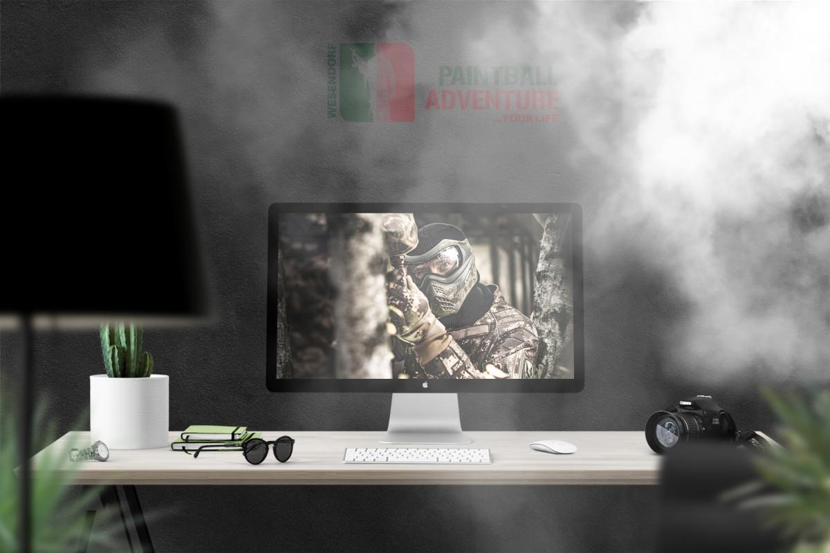 Foto eines Paintballspielers auf einem PC-Monitor auf einem Schreibtisch