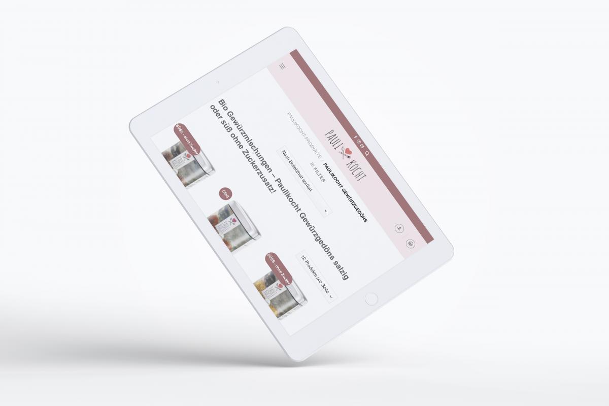 Die Webseite von Paulikocht auf einem Tablet-PC, der auf einer Ecke steht