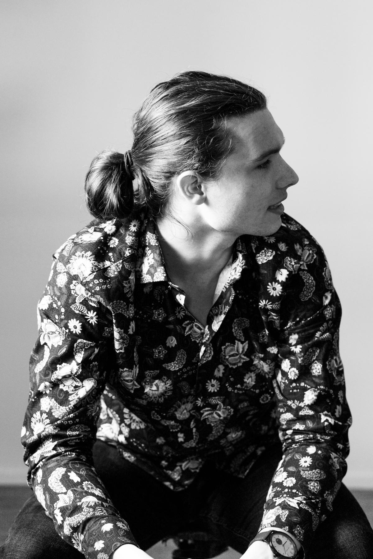 Der Künstler Simon Kohler mit zur Seite gewandtem Gesicht (Schwarz-Weiß-Foto)