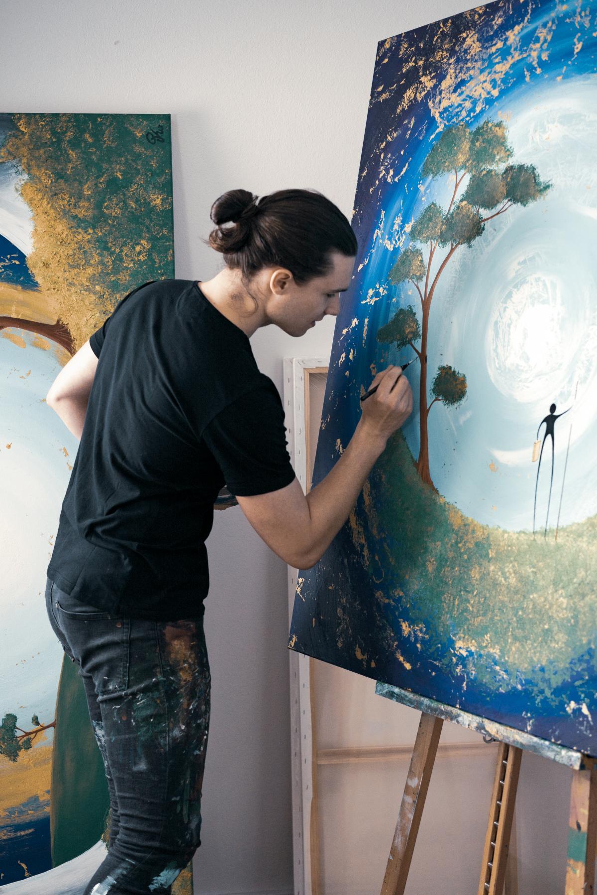 Simon Kohler beim Malen eines Kunstwerks