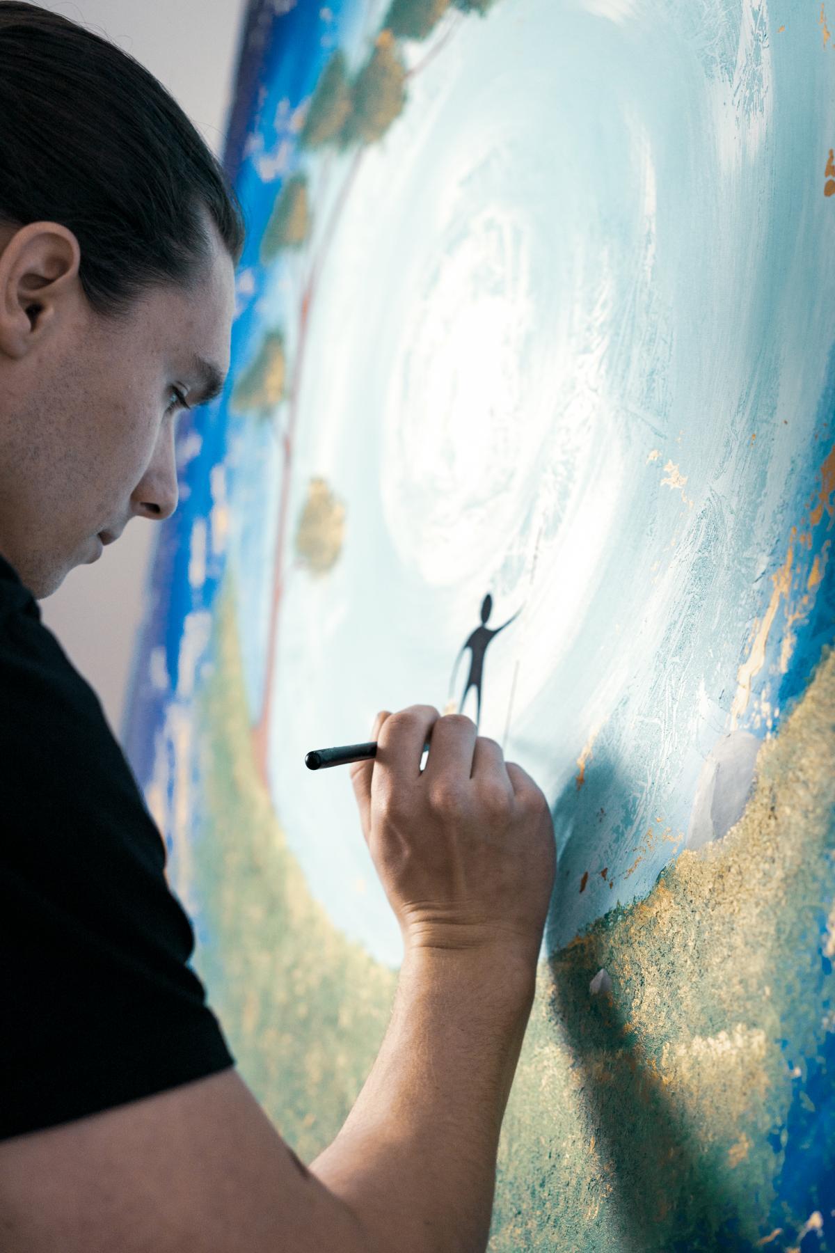 Halbtotale von Simon Kohle beim Malen eines Kunstwerks