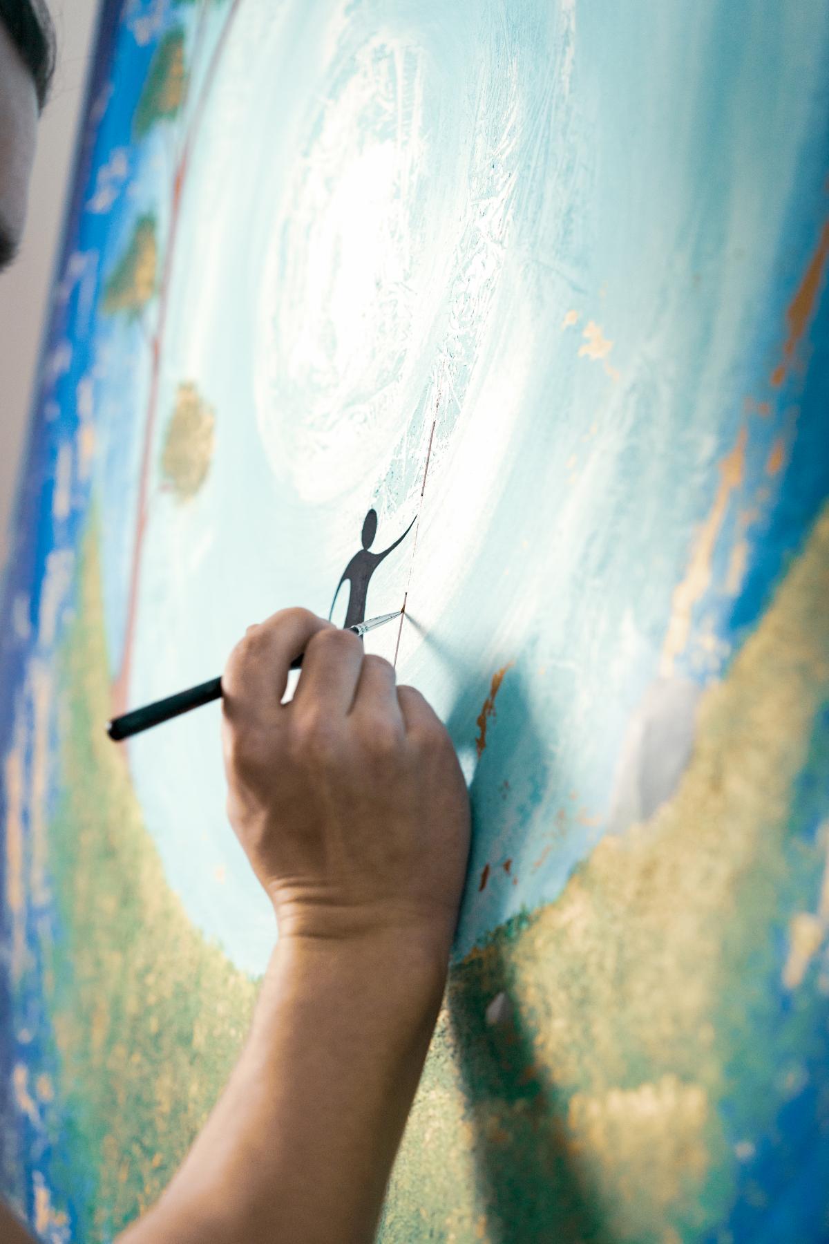 Simon Kohlers Hand beim Malen eines Kunstwerks